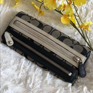 COACH black & white zippered wallet 🖤